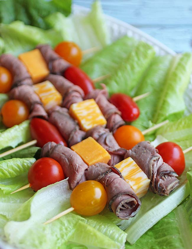 Roast beef kebabs are a simple snack made with grape tomatoes, cheese cubes and roast beef. You do have permission to eat processed meat (prepared meat).